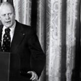 En af de mere berømte benådninger var Gerald Fords (tv.) benådning af Richard Nixon (th.). Billedet er taget 14. oktober 1973.