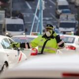 Madrids lokale politistyrke havde fået den utaknemmelige opgave med at kontrollere, at begrænsningerne i biltrafikken sidste torsdag blev overholdt. REUTERS/Paul Hanna