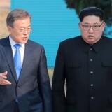 Sydkoreas præsidenet Moon Jae-in and Nordkoreas leder Kim Jong-u spadserer sammen i landbyen Panmunjom i de demilitariserede zone. April 27, 2018. Korea Summit Press Pool/Pool via Reuters