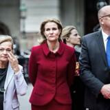 Pia Kjærsgaard (tv) og Kristian Pihl Lorentzen (th) er uenige om embedsmænd bør deltage i høringer, hvis ikke deres minister er til stede. »En ufattelig dårlig idé,« kalder V-politikeren Pihl Lorentzen forslaget, som Folketingets formand, Pia Kjærsgaard, er blandt bannerførerne for.