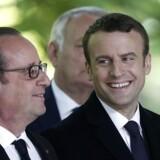 Emmanuel Macron indsættes som fransk præsident på søndag. I EU-Kommissionen er man skeptisk over for det forslag om en særlig »køb europæisk«-lov, som Macron har barslet med som et svar på globaliseringens udfordringer. Her ses Macron onsdag sammen med den afgående præsident Hollande. EPA/YOAN VALAT