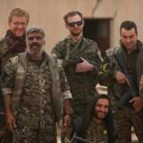 De Syriske Demokratiske Styrker poserer sammen med udenlandske frivllige efter overtagelsen af Tabqa