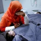 Et hospital i Mosul: En mor er berørt, imens hendes datter behandles for muligvis at være blevet eksponeret for kemiske våben.