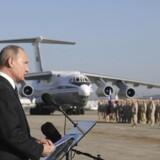ARKIVFOTO: Ruslands præsident, Vladimir Putin, holder tilbage i december 2017 en tale til de udstationerede ved militærlufthavnen i Latakia-provinsen.