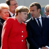 Frankrigs nye præsident, Emmanuel Macron, og Tysklands kansler, Angela Merkel, har presset på for et stærkere forsvarssamarbejde, hvor en gruppe EU-lande kan gå sammen om permanent planlægning og missioner. Torsdag sagde EU-landene god for det. Her ses de til et NATO-møde i sidste måned. REUTERS/Jonathan Ernst/File Photo