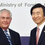Den amerikansk udenrigsminister Rex Tillerson (tv.) og den sydkoreansk udenrigsminister Yun Byung-Se.