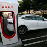 En Tesla Model S oplader ved en Supercharger-ladestation i Cabazon i Californien.