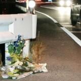 Der ligger blomster på det sted, hvor en kvinde i denne uge blev dræbt af en lastbil, hvis chauffør spillede Pokémon Go på mobiltelefonen, mens han kørte. Foto: Kyodo/Reuters/Scanpix