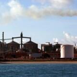 Det australske mineselskab Rio Tinto vil skære toppen af en øget produktion i 2016 af jernmalm på grund af lavere priser og overudbud i markedet.