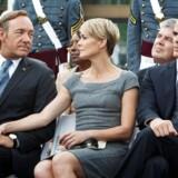 Parret Frank & Claire Underwood er indbegrebet af politisk kynisme. Til højre i billedet ses hans stabschef, Doug Stamper, der er lige så nådesløs som Frank.