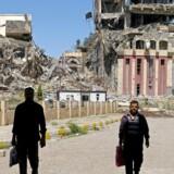 Folk er atter begyndt at røre på sig i det sønderknuste universitet i Mosul, som blandt andre professor Intisar Abdel Rada er i fuld gang med at få stablet på benene igen. »Det er, som om vi har været døde, men nu er blevet genoplivet,« fortæller hun. Foto: Marko Djurica/Reuters