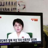 En sydkoreansk kvinde ser en video, hvor den nordkoreanske afhopper grædende fortæller i en nordkoreansk propagandavideo, at livet i Sydkorea ikke var, som hun havde håbet.