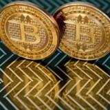 Bitcoin er en virtuel valuta, og bitcoin-pengene opbevares derfor som oftest i cyberspace i digitale wallets. Der er dog et mindre marked for produktion af fysiske bitcoins, som mest af alt tjener som samlerobjekter. Arkivfoto: AFP PHOTO/Karen Bleier.