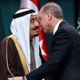 »Det faktum, at Tyrkiet og Saudi-Arabien uddyber deres samarbejde på alle områder med din støtte, er en mulighed for regional og global fred,« sagde Erdogan (th) ifølge AFP til sin gæst, den saudiske kong Salman bin Abdulaziz, som han overrakte den højeste tyrkiske orden for udenlandske statsledere.