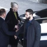 Dronning Margrethe forlader Rigshospitalet efter godt en times besøg hos prins Henrik.