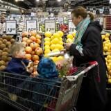 Danskerne undgår i stigende grad at gå i fysiske butikker for at købe dagligvarer. Nu lancerer Coop måltidskasser i forsøget på at udvide markedet for mad.