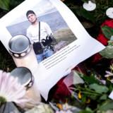 Blomster og breve ved Ragnhildgade onsdag d. 18. oktober 2017. Mandag d. 16. oktober blev en 16-årig dreng skudt og dræbt foran sin opgang i Ragnhildgade. (Foto: Sarah Christine Nørgaard/Scanpix 2017)