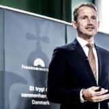 Finansminister Kristian Jensen (V) forsikrer, at regeringen følger spørgsmålet om overophedning meget, meget tæt.