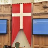 Dannebrog ophængt over formandsstolen i Folketinget på åbningsdagen 4. oktober 2016. ccc. (Foto: Thomas Lekfeldt/Scanpix 2016)