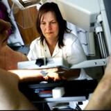 En kvinde får foretaget en mammografi på Bispebjerg Hospital.