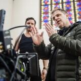 Ole Bornedal er i gang med at instruere sin nye komedie »Dræberne fra Nibe«. Dagens scene optages i den nu lukkede Samuels Kirke på Nørrebro, som skal forestille en salsasal i Nibe . Foto: Ólafur Steinar Gestsson