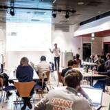 Her ses Michael Haases præsentation. De Business Angels, der sidder over for Business' journalist, fortæller, at det er vigtigt for dem, at et startup allerede er igang og kan vise, at der er interesserede kunder, før de investerer i dem.