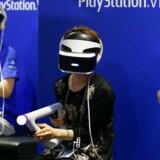 Playstation VR-brillerne er Sonys bud på adgangsvejen til den virtuelle verden. Brillerne kan fra torsdag købes i også danske butikker til omkring 3.800 kroner. De har en 5,7 tommer stor skærm, som giver et 360-graders syn og vil - koblet til en Playstation 4 - kunne levere et 3D-lydbillede, så man føler, at man faktisk er et andet sted. Arkivfoto: Christopher Jue, EPA/Scanpix