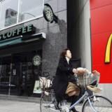 Starbucks har indført nyt fødevaresortiment og drikkevarer til kunder sidst på dagen, for at kompensere for konkurrencen fra blandt andet McDonald, der har indført cafe latte.