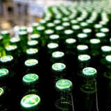 Danskerne skal i fremtiden smide flere flasker i supermarkedets pantautomat eller alternativt forberede sig på en ekstraregning, når læskedrikke i plastikflasker er på indkøbssedlen.
