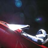 I løbet af bare et års tid vil den nådesløse kosmiske stråling i rummet få store dele af Elon Musks rumsportsvogn og dens tavse »chauffør« til at smuldre og falde fra hinanden, spår kemiker.
