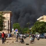 En eksplosion rystede tidligere hærens hovedkvarter, hvor maskerede mænd blev set angribe hovedindgangen.