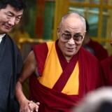 Den nyvalgte premierminister Lobsang Sangay (tv) med tibetanerens spirituelle leder, Dalai Lama (i midten).