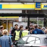 Politiets efterforskere sikrer spor i et supermarked i Hamborg, hvor en afvist asylansøger fredag eftermiddag knivdræbte en person og sårede syv andre.