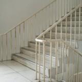 Den dømte er kendt skyldig i at have voldtaget en mand i en trappeopgang.