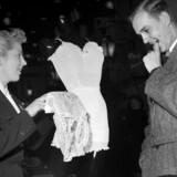 Det var også svært at finde den rette størrelse i 1952, hvor denne nydelige herre overvejer, hvad hans kone skal have. Foto: Børge Lassen/Berlingskes Arkiv
