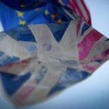 Storbritannien stemte sig ud af EU med stemmetallene 52/48. Det var overraskende for mange, ikke mindst fordi bookmakerne dagen før havde odds 1:8 for, at landet fortsatte sit mangeårige EU-medlemskab.