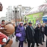 Den amerikanske udenrigsminister, John Kerry, måtte ud på en smule Moskva-sightseeing, fordi Vladimir Putin lod vente nogle timer på sig. Her blev det blandt andet til et møde med et stykke amerikansk kultur.