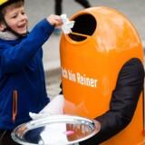 Robotterne kommer, og det bekymrer danskerne, selv om mange robotter rent faktisk er med til at bevare jobs og skabe andre typer af jobs. Mange robotter samarbejder også med mennesker - som her robotten Reiner, som dog er tysk og bevæger sig rundt i Mauerpark i Berlin, hvor den indsamler affald. Foto: Gregor Fischer, EPA/Scanpix