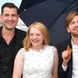 Elisabeth Moss flankeret af Claes Bang og instruktør Ruben Östlund i Cannes lørdag.