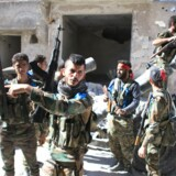 Adskillige personer er dræbt i et bilbombeangreb i Syrien tæt på en grænseovergang til Tyrkiet. På arkivfoto fra 24. september ses syriske regeringssoldater samle sig efter en offensiv i nærheden af Aleppo. Scanpix/George Ourfalian