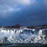 Det enorme vandfald på grænsen mellem Canada og USA er frosset til is på grund af ekstrem kulde.