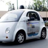 Google udskiller nu sine selvkørende biler (billedet) i et selvstændigt selskab - et tegn på, at giganten venter snart at kunne begynde at sælge bilerne. Googles mål er, at de helt selv skal kunne køre uden menneskelig indgriben. Arkivfoto: Noah Berger, AFP/Scanpix