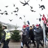"""Omkring 30 personer fra bevægelsen """"For Frihed"""" demonstrerede lørdag d. 17. december 2016. Enkelte moddemonstranter mødte op, og enkelte blev anholdt. (Foto: Asger Ladefoged/Scanpix 2016)"""