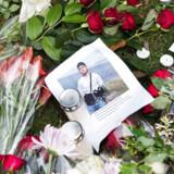 (ARKIV) Blomster og beskeder fra pårørende og borgere på stedet, hvor 16-årige Servet Abdija blev skudt og dræbt foran sin opgang ved familiens hjem på Ragnhildgade i København mandag d. 18. oktober 2017. (Foto: Sofie Mathiassen/Scanpix 2017)