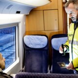 ARKIVFOTO 2Kim Dueholm fra Nordsjællands politi laver stikprøvekontrol i et tog. (Foto: Bax Lindhardt/Scanpix 2016)