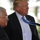 U.S. President Donald Trump welcomes Palestinian President Mahmoud Abbas at the White House in Washington D.C., U.S., May 3, 2017. REUTERS/Carlos Barria TPX IMAGES OF THE DAYDen amerikanske præsident Donald Trump byder den palæstinensiske præsident Mahmoud Abbas velkommen til Det Hvide Hus i Washington D.C. Donald Trump håber på »noget forrygende« mellem israelere og palæstinensere.