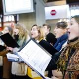 Tidligere kulturminister Bertel Haarder præsenterer indholdet af den nye Danmarkskanon mandag d. 12. december 2016 på Hovedbanegården i København, hvor et kor sang i dagens anledning. (Foto: Jens Astrup/Scanpix 2016)