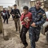 En 14-årig irakisk dreng fra Mosul ankommer til den fremskudte feltklinik i byen. Han er såret i halsen. Nogle dage ankommer flere end 200 civile til feltklinikken
