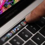 Over tastaturet på de nye og dyreste udgaver af Macbook Pro har Apple lagt en smal lille skærm, som viser forskellige ikoner til funktioner, der skifter, alt efter hvilket program man bruger lige nu. Foto: Stephen Lam, Getty Images/AFP/Scanpix