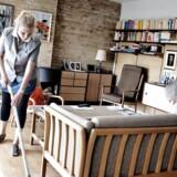 Arbejde i hjemmepleje og døgninstitutioner er mest psykisk belastende, og det er især kvinder i 25-34 års alderen, der oplever stress og psykisk opslidende arbejdsmiljø. MODELFOTO af hjemmepleje hos ældre kvinde. (Foto: Casper Christoffersen/Scanpix 2010)
